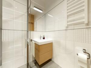 łazienka w bieli i szarości